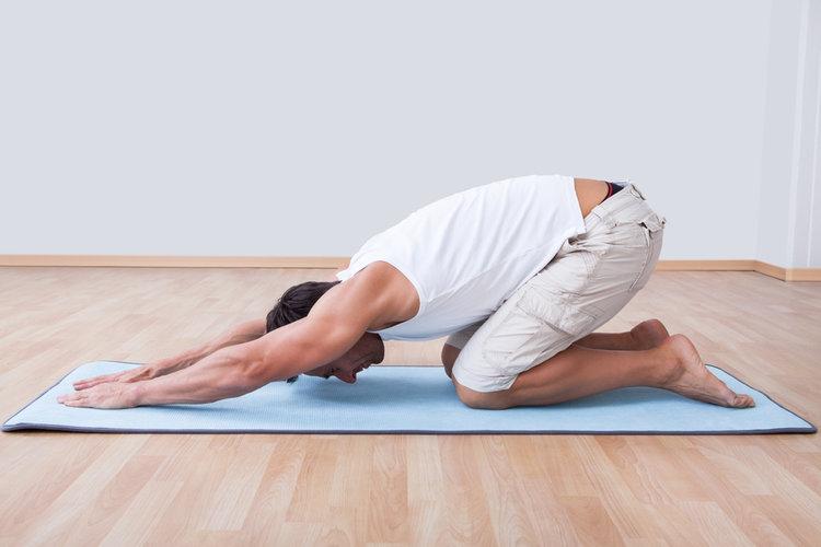 Les douleurs dans lépine dorsale dans le domaine des reins comme retirer la douleur