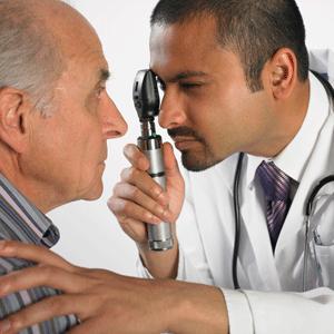 L'ophtalmologue dilate la pupille et examine le fond de l'œil au moyen d'instruments grossissants afin de déceler une tumeur ou d'autres anomalies. Dans certains cas, une échographie oculaire aidera à confirmer le diagnostic.